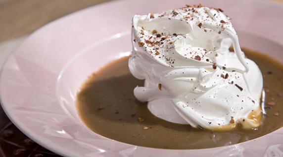Sobremesa do dia é o merengue italiano com calda de chá preto