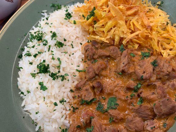 Strogonoff com arroz e mandioquinha palha Cheff Luiza Hoffmann